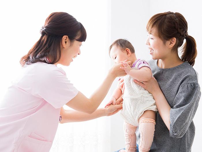 助産師さんと赤ちゃんとお母さん